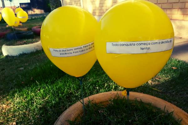 Alunos e alunas fizeram ação com balões amarelos no mês de Setembro, mês de combate ao suicídio/Divulgação