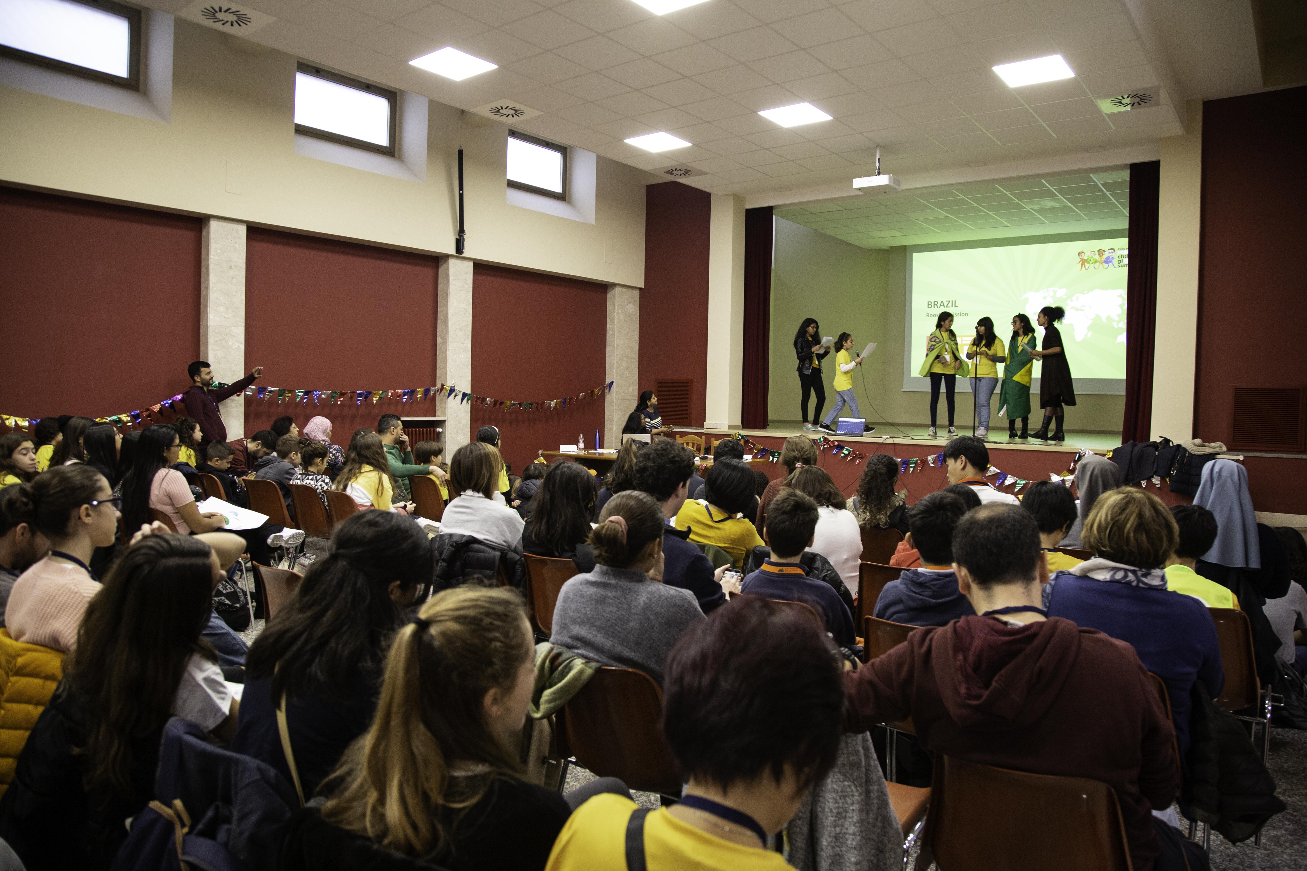 Representantes do Missão Galo apresentam o projeto para estudantes e educadores de vários países / Alícia Peres