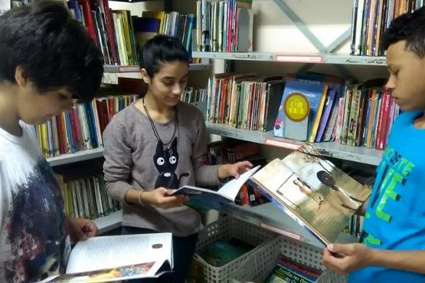 Estudantes transformam biblioteca no coração da comunidade. / Divulgação