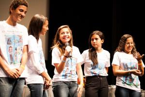 Aline do Gaiolas Literárias se emocionou na apresentação.