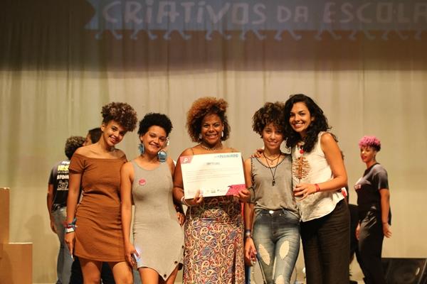 """Garotas do projeto """"Solta esse black"""" no palco do teatro Diplomata, em Salvador (BA)."""