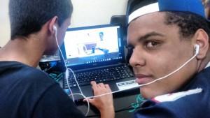 alunos editando vídeos