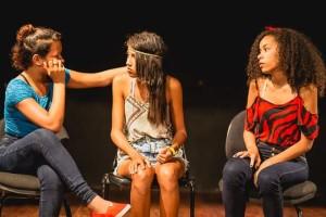 Três-alunas-durante-cena-em-peça-de-teatro
