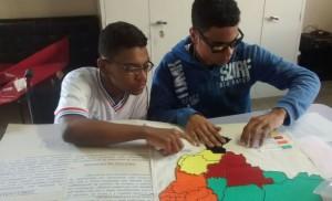 Estudante cego analisando funcionalidade do mapa