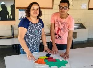 aluno e professora com o mapa tátil