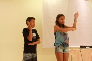 Rafael e sua amiga ensina Libras para colegas