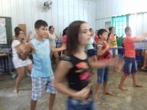meninos.e.meninas.dançam.em.sala.fechada