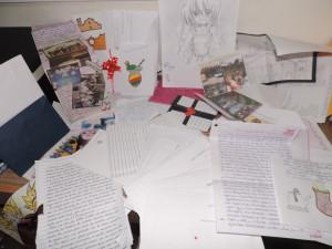 cartas-desenhos-e-bilhetes-espalhados-sobre-a-mesa