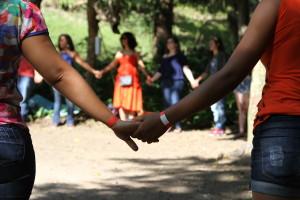 Imagem-mostra-duas-jovens-de-mãos-dadas