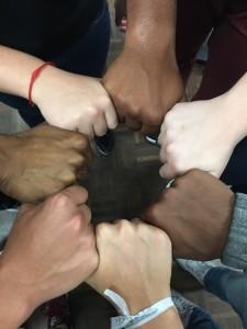 Mãos-de-jovens-de-diferentes-cores-formam-um-círculo-uma-ao-lado-da-outra