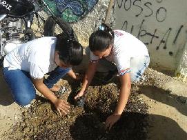 duas-meninas-mexem-na-terra-para-plantio-de-mudas