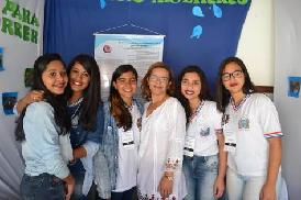 estudantes-em-feira-de-ciencias-sorrindo-para-foto