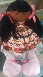 boneca_de_pano_negra_com_vestido_estampado
