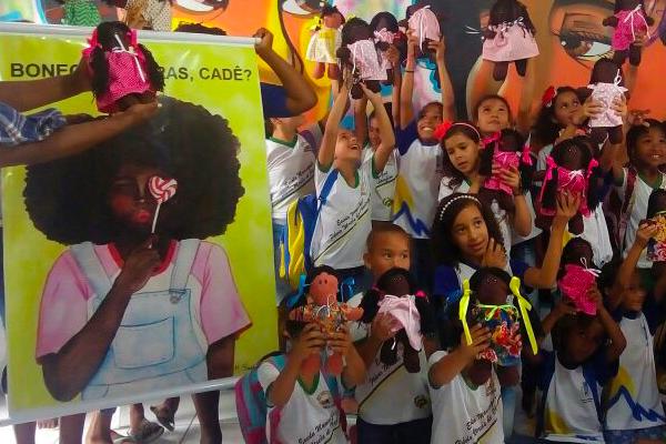 Crianças com suas bonecas negras durante realização do projeto/Divulgação