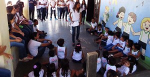 jovem-realiza-atividades-com-estudantes-menores