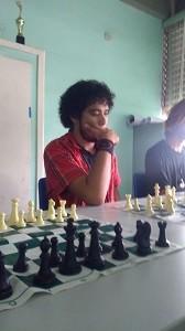 estudante-joga-xadrez-na-escola