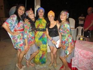 Alunas-e-professoras-com-vestidos-coloridos-e-turbantes