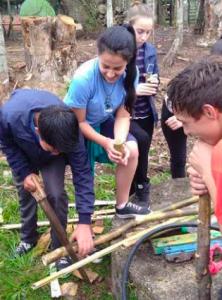 crianças-mexendo-com-bambu-ao-ar-livre