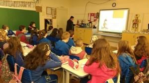 alunos-sentados-em-sala-de-aula-assintem-à-aula