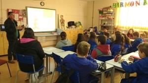 estudantes-sentados-em-sala-de-aula-assintem-à-aula