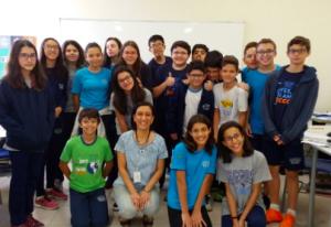cerca-de-vinte-estudantes-posam-para-a-foto-junto-com-uma-professora