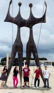 cinco-jovens-posam-para-foto-em-frente-a-monumento
