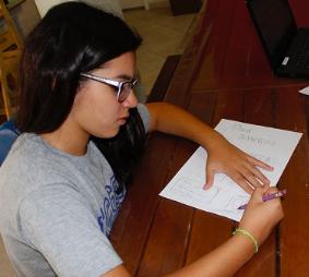 menina-escreve-sobre-folha-de-papel-branca