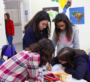 três-jovens-em-sala-de-aula