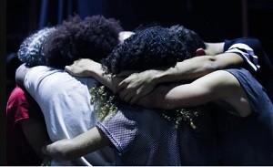 cinco_jovens_se_abraçando_em_conjunto