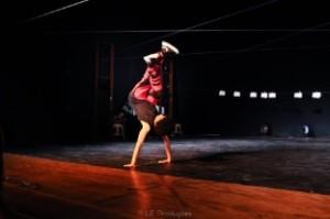 jovem_executando_coreografia_de_dança_no_palco
