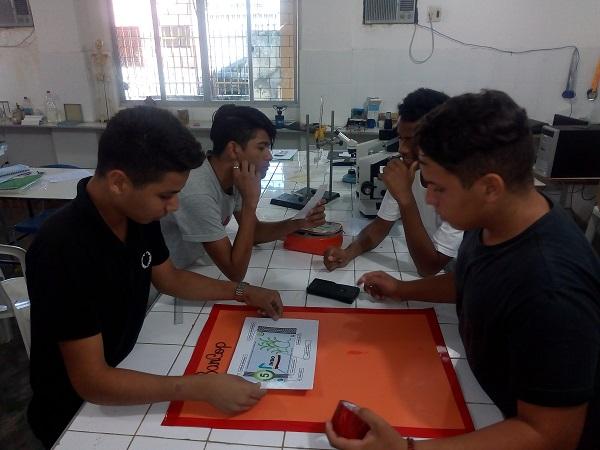 Alunos preparam a presentação sobre banco comunitário criado por eles