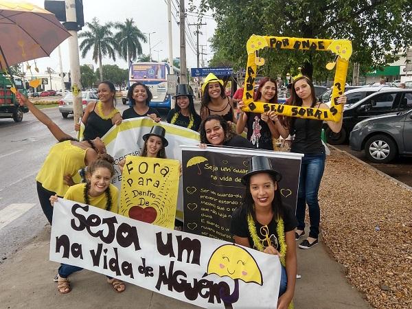 Grupo de estudantes realiza ação de sensibilização fora da escola