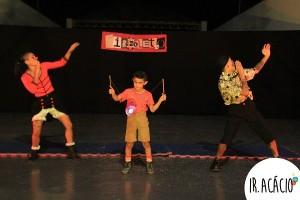 Três estudantes fazem performance durante apresentação do Circoletivo