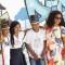 Três estudantes indígenas e professora posam para foto em teatro de Fortaleza (CE)
