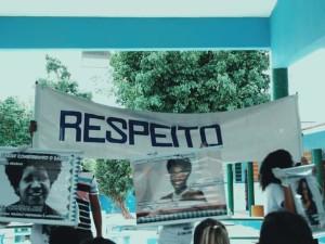 """Grupo de estudantes confecciona frase dando destaque para a palavra """"respeito""""."""
