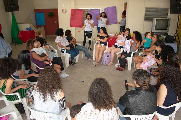 Estudantes organizam roda de conversa com mães adolescentes