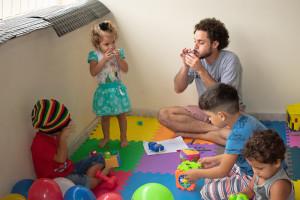 Jovens criam espaço para crianças durante atividades do projeto