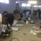 Durante projeto, estudantes analisam amostras em microscópio de laboratório