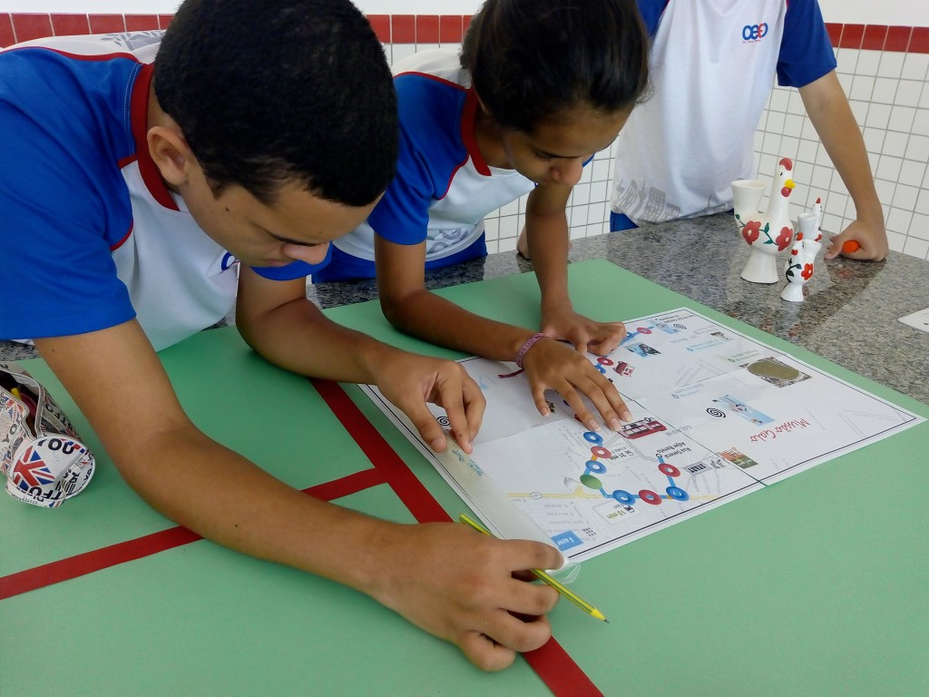 Estudantes criando o jogo de tabuleiro Missão Galo