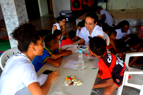 Grupo de estudantes produzindo o próprio jornal