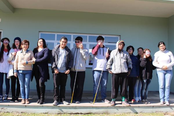 Jovens viram professores de braille para promover inclusão escolar no RS
