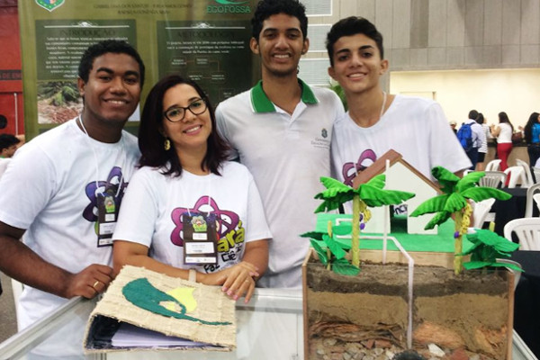 """Projeto """"Ecofossa: o uso da fibra do coco na construção de fossas ecológicas"""". destaque no Desafio Criativos da Escola 2018"""