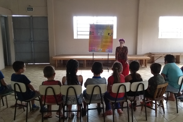 Estudantes contam histórias de mulheres para crianças/ Divulgação