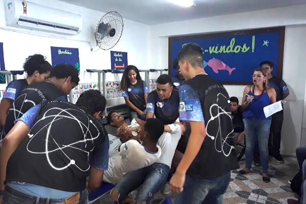 Estudantes durante espetáculo que une física e arte/ Divulgação