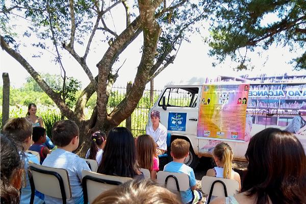 Meninas contam histórias de mulheres para crianças/ Divulgação