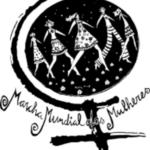Arte com fundo branco quadrado. No centro, há o símbolo do feminismo estilizado: há um círculo preto no meio com o desenho de cinco mulheres de mãos dadas e em branco. Embaixo, está escrito Marcha Mundial das Mulheres.