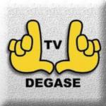 Arte quadrada e cinza com ruídos, como se fosse de uma televisão sem sintonia. No centro, há o desenho de duas mãos amarelas, fazendo o gesto de uma televisão. No centro, está escrito TV em preto. E embaixo, DEGASE.