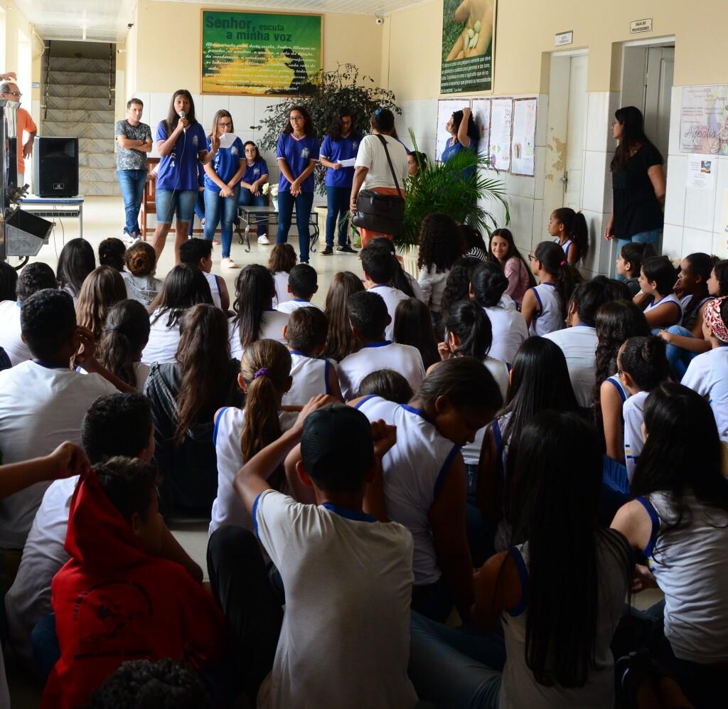 Estudantes realizam conversa em escolas sobre valorização das mulheres.