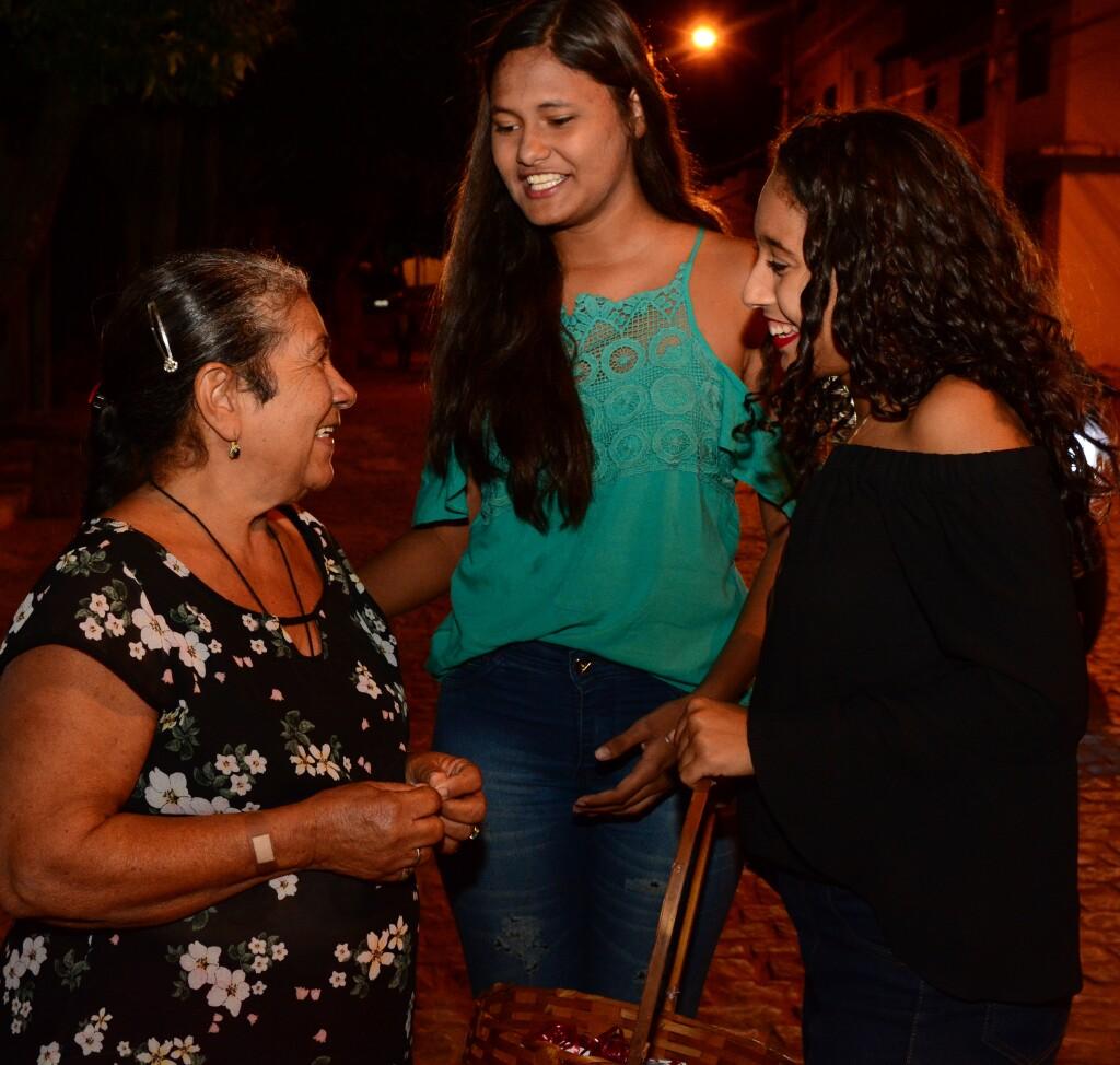 Estudantes realizam a atividade Empatia nas Ruas, em Rio do Antônio (BA).