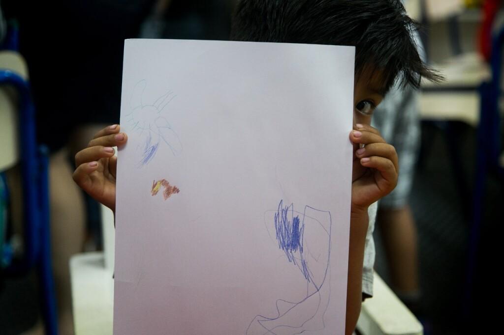 Estudante mostra desenho feito em aula. - Foto: Nicolas Neves dos Santos